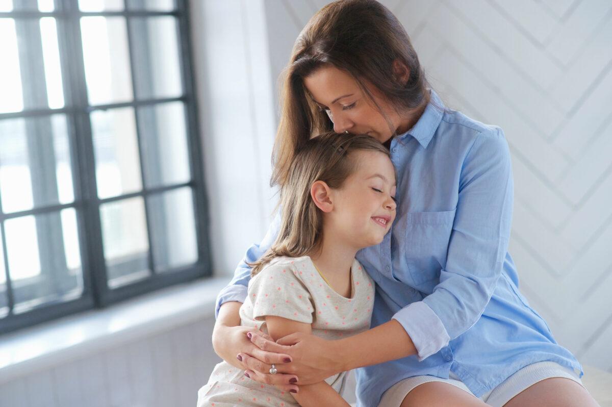mãe abraçando a filha com carinho Desperta Débora