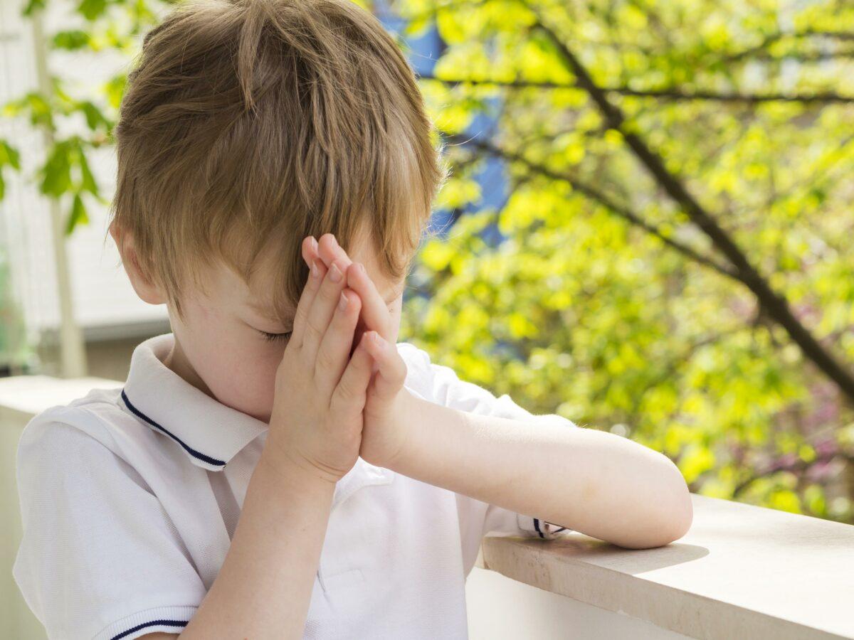 Crianca orando de maos postas Desperta Debora