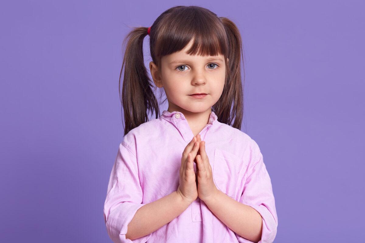Crianca orando de maria chiquinha e blusa rosa Desperta Debora