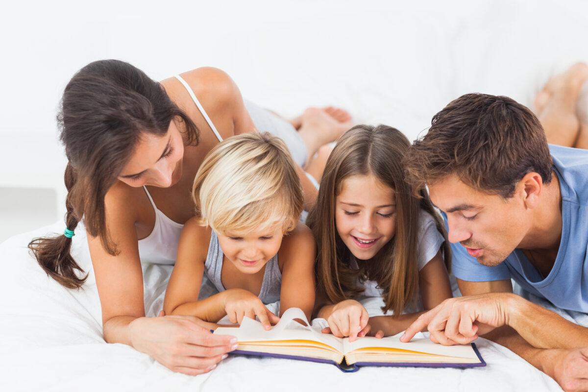 Familia estudando juntos pais e filhos Desperta Debora