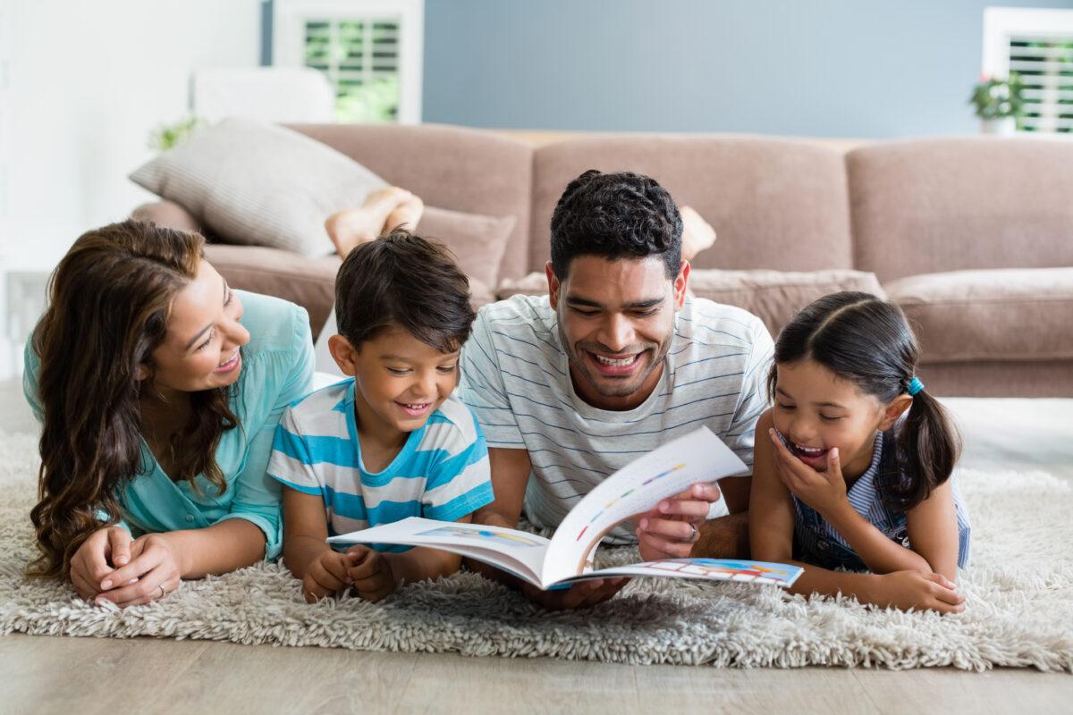 Familia lendo pais e filhos no chao Desperta Debora 1