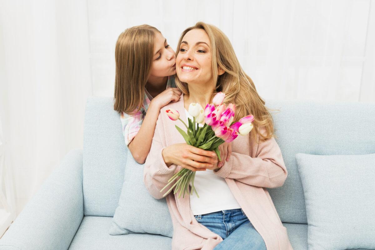 Filha beijando a mae em tons de rosa e azul tulipas Desperta Debora