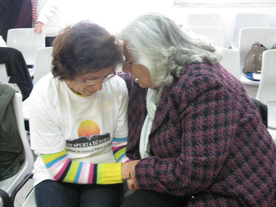 Mães orando uma pela outra mais idosas Desperta Débora Tenda de oração