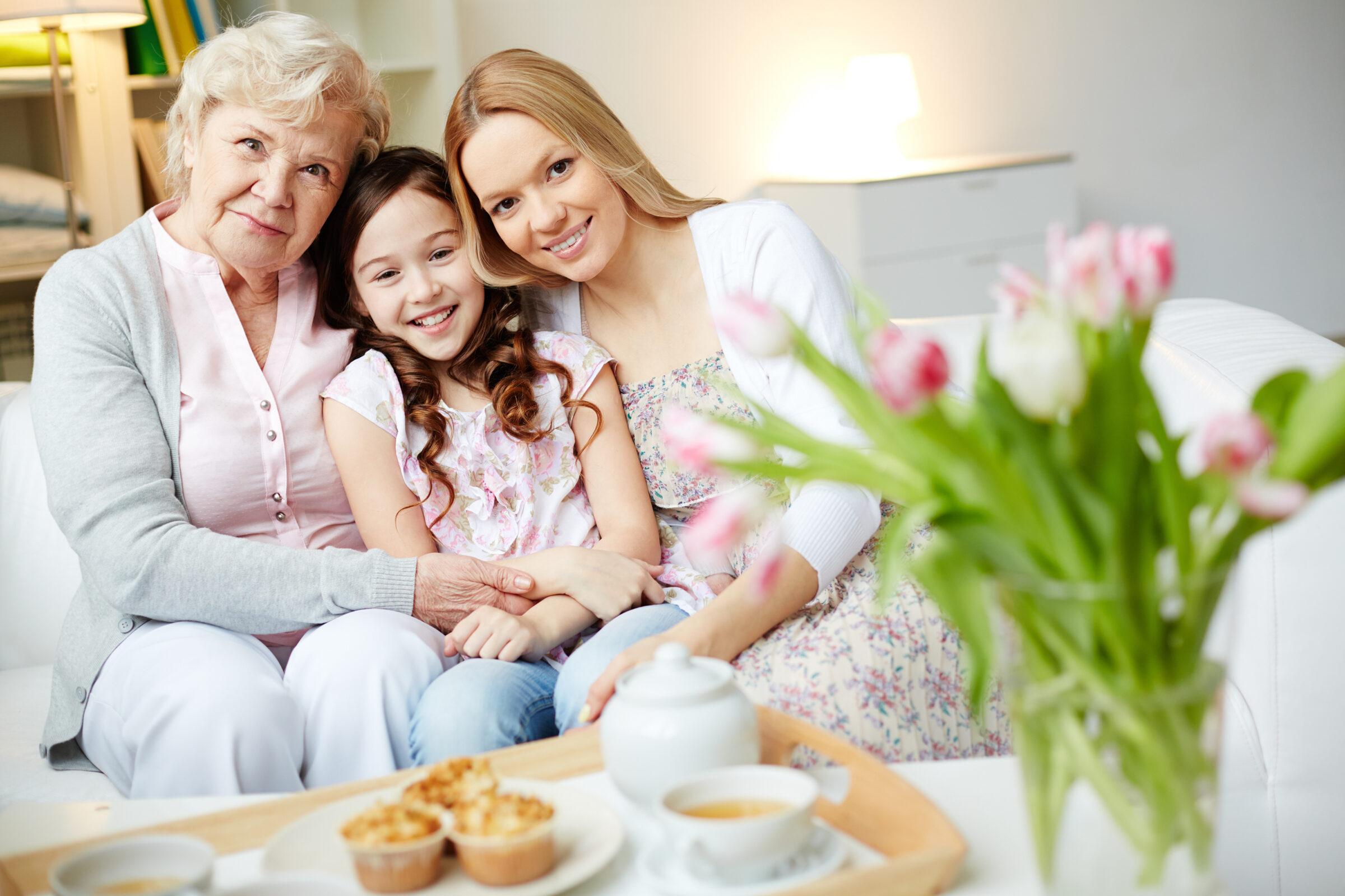 Mae avo e filha geracoes carinho sentadas no sofa espaco Desperta Debora