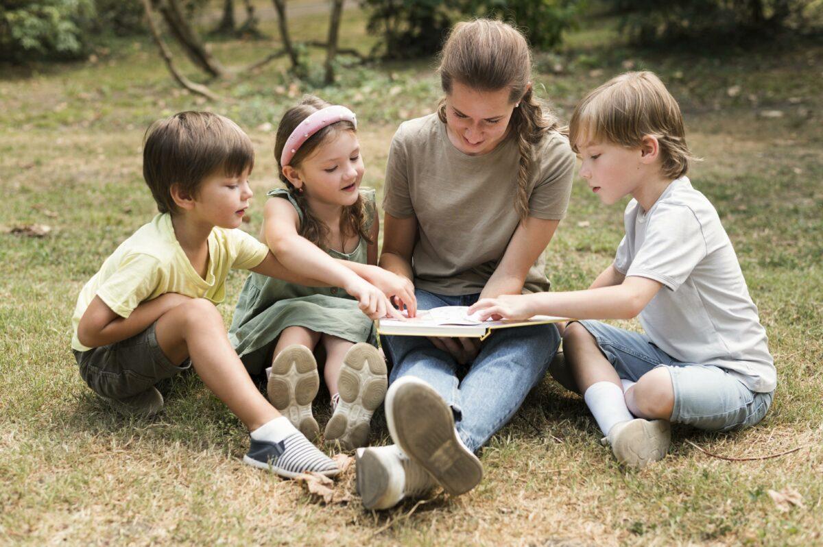Mae com tres filhos brincando ao ar livre Desperta Debora