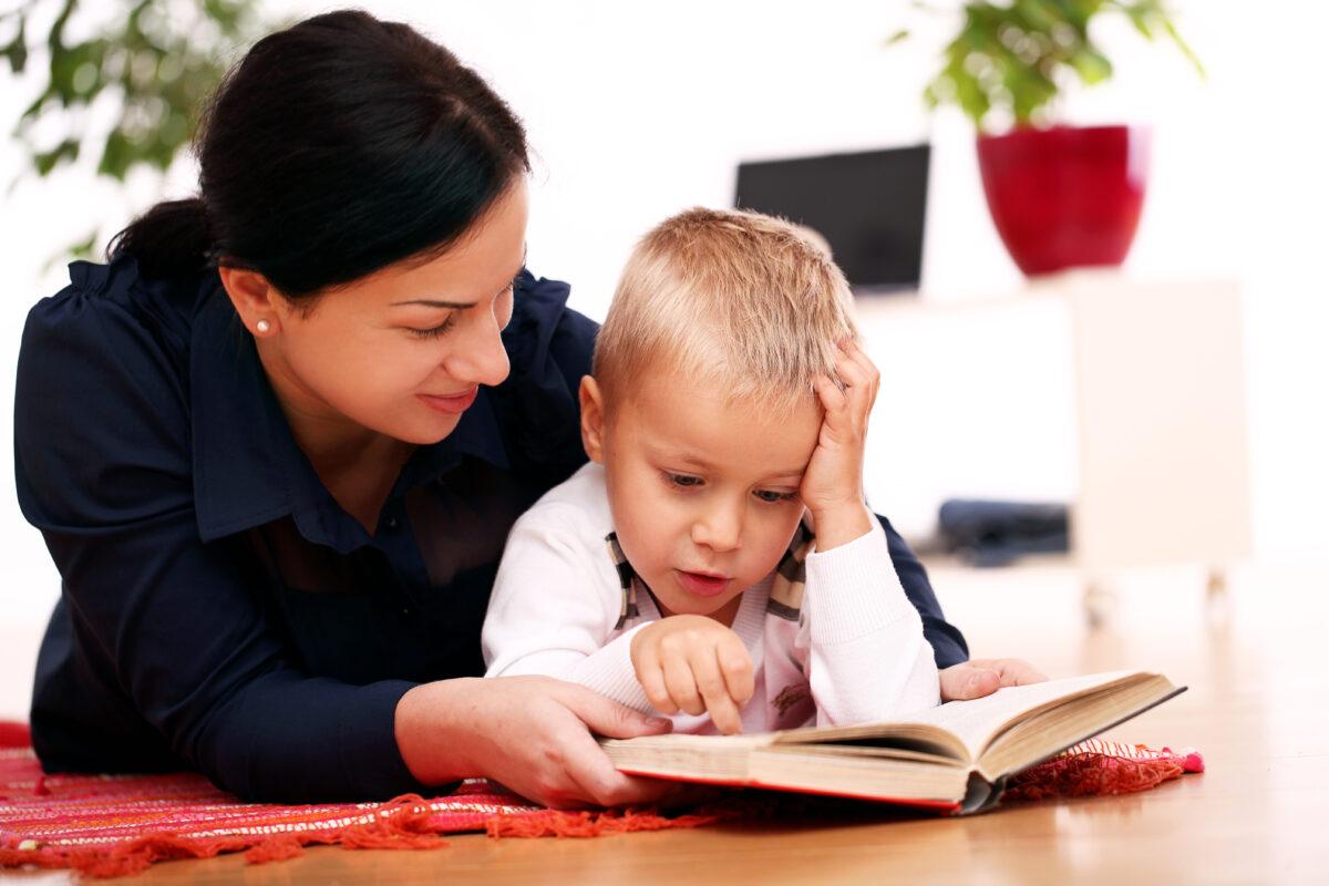 Mae e filho estudando e lendo Desperta Debora 1