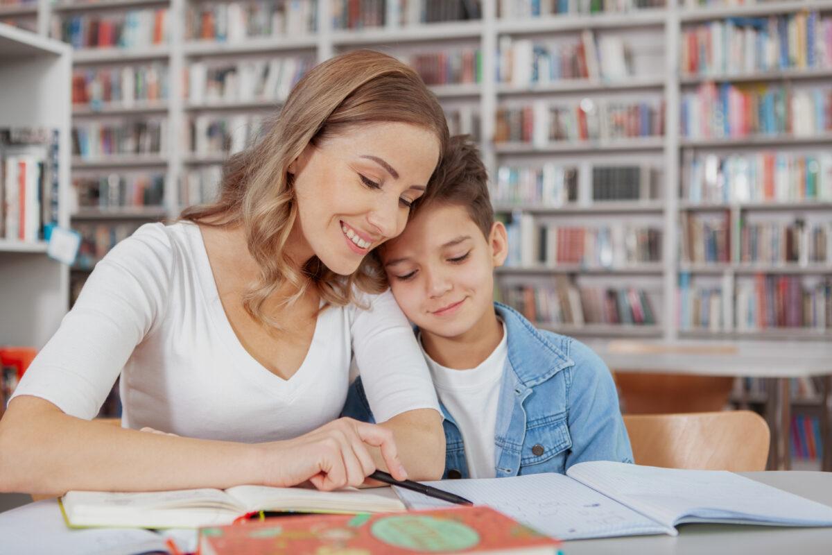 Mae e filho na biblioteca estudando Desperta Debora