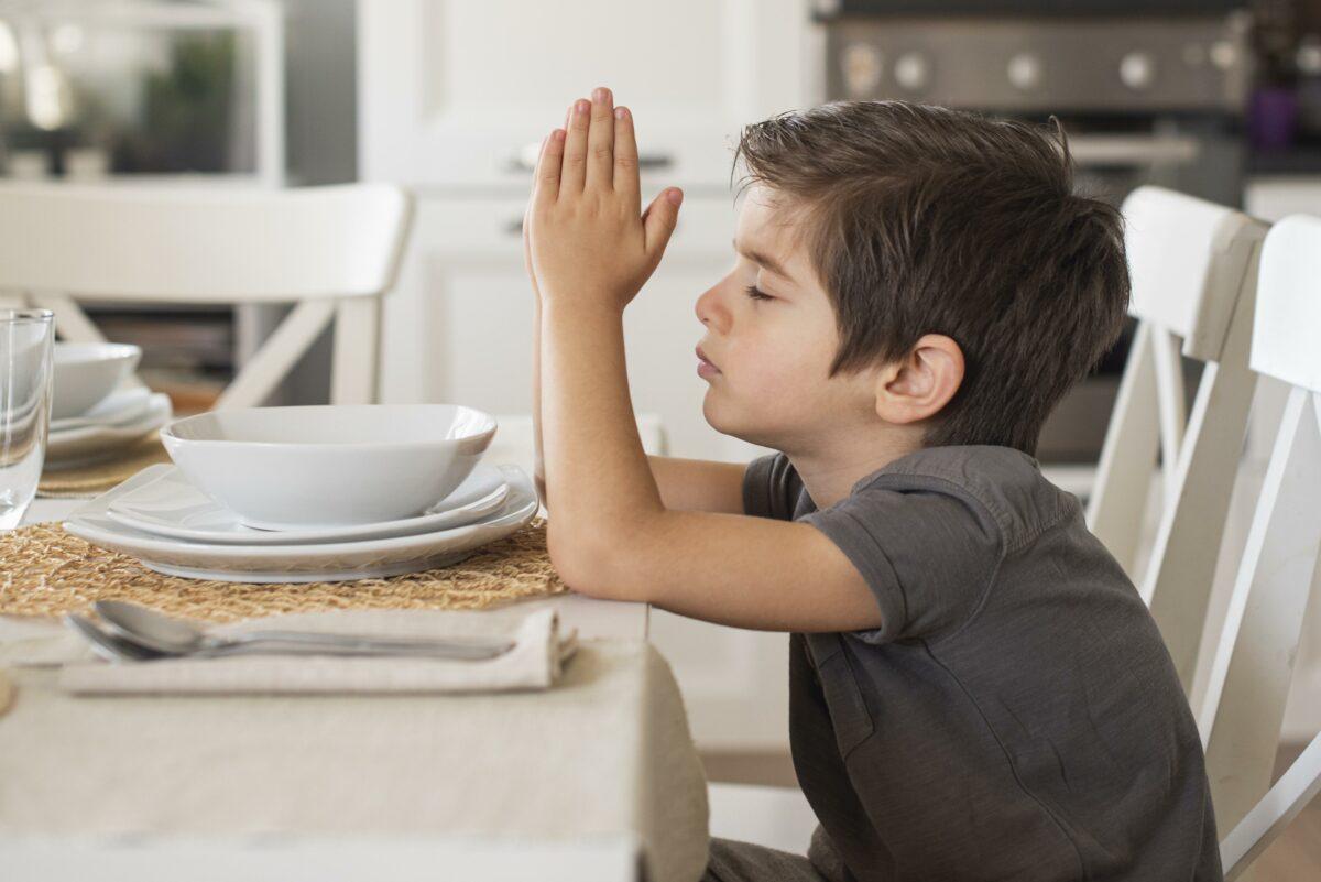 Menino orando na hora das refeicoes Desperta Debora