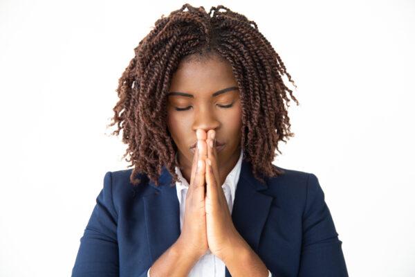 Mulher negra orando Desperta Debora