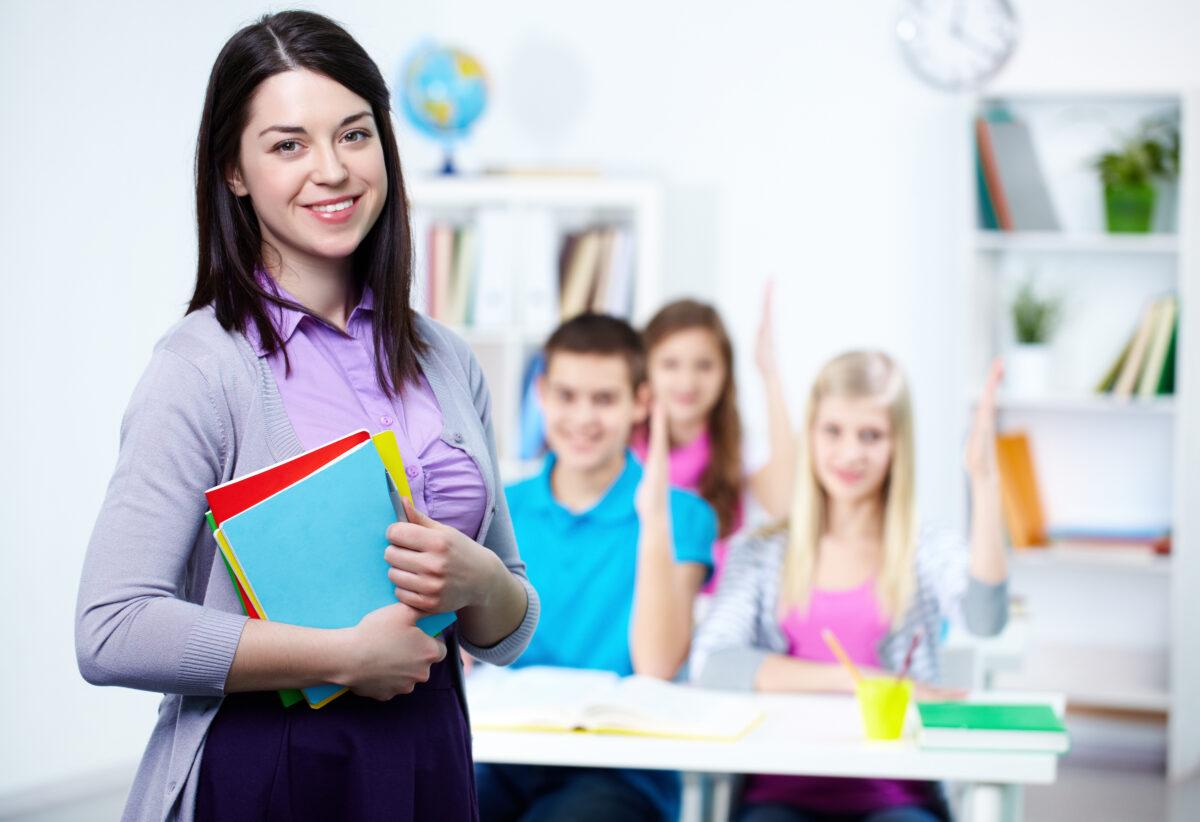 Mulher professora com alunos adolescentes Desperta Debora