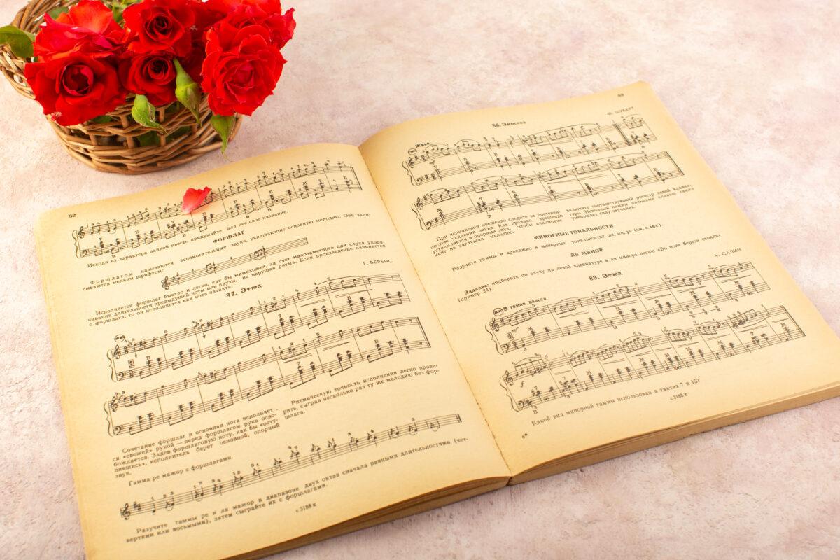 Roas e letras musicais do hino do Desperta Debora