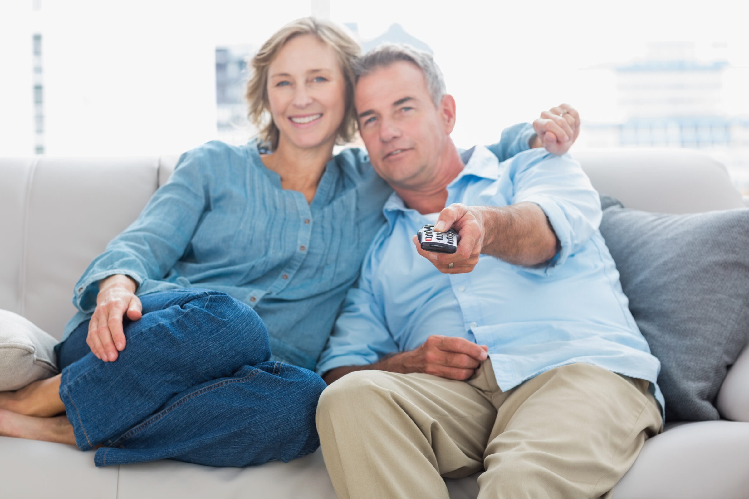 Casal feliz assistindo a Tv juntos no sofá, Desperta Débora