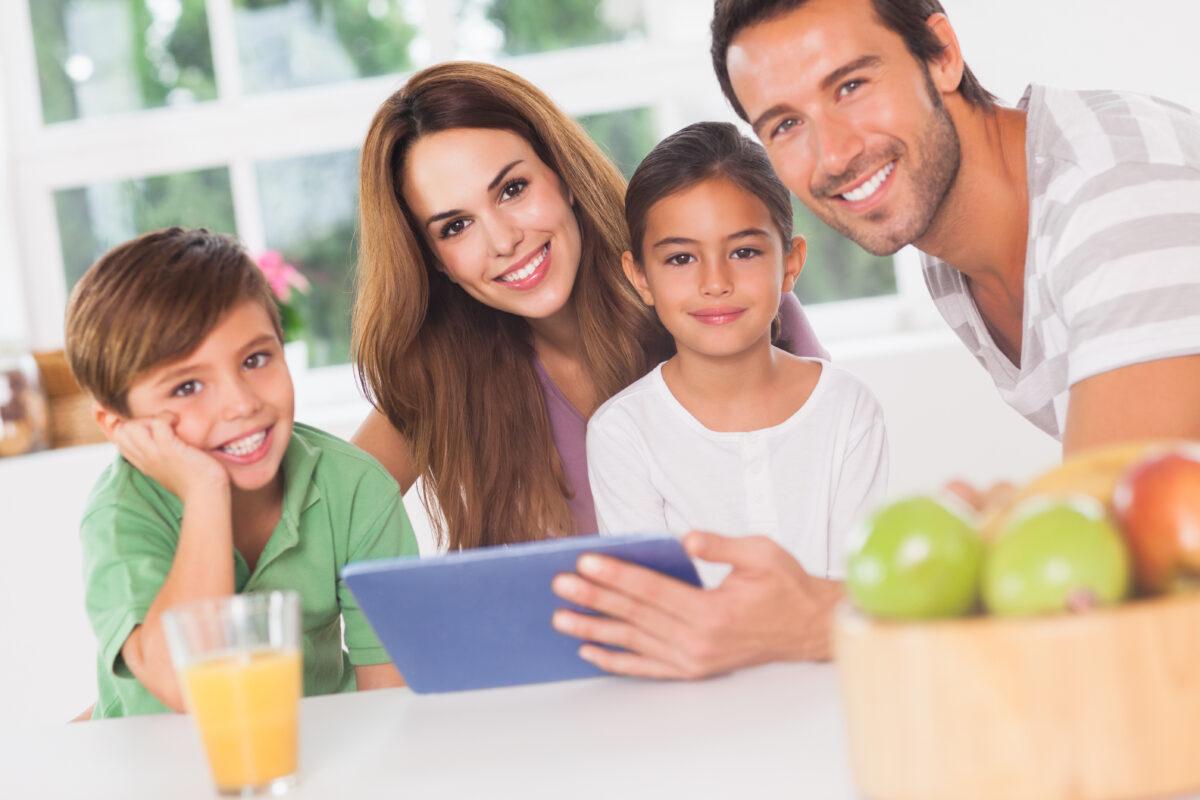 Familia feliz usando um tablet Desperta Débora