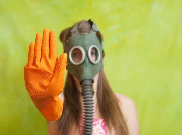 menina em mascara de gas apontando stop 1398 440 1