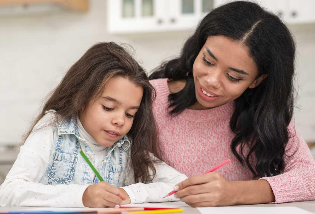 menor Mae ensinando valores para sua filha Desperta Debora