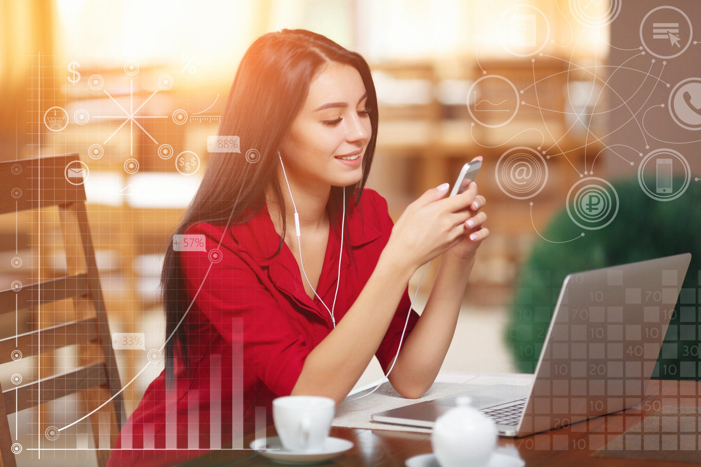 mulher com celular e computador para loja Desperta Debora