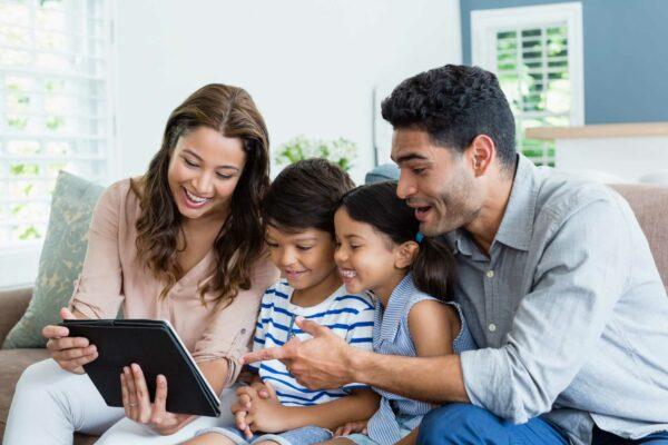 pais com seus filhos assistando video do Desperta Debora no tablet