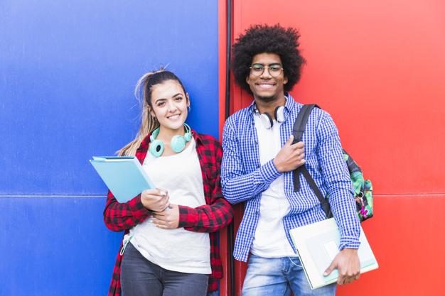 retrato de jovem sorrindo par adolescente segurando livros ficar contra vermelho azul parede 23 2148093117